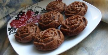 Праздничный десерт из шоколада и роз