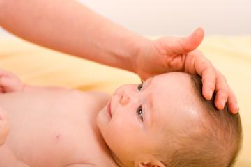 Проверяем наличие родничка у грудного ребенка
