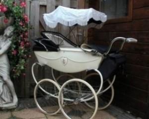 Детская коляска старинного дизайна