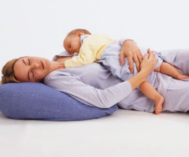 Поза сна с новорожденным