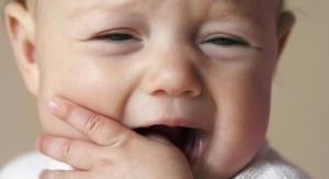 Симптомы появления зубов у малышей
