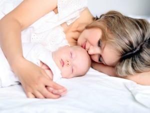 Совместный сон новорожденного с мамой