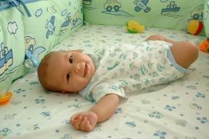 Сон новорожденного в кроватке