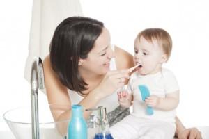 Уход за первыми зубами новорожденного