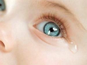 Глаза новорожденного слезяться