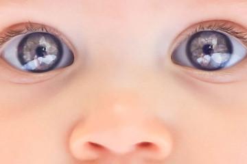 Глазки новорожденного небесного цвета