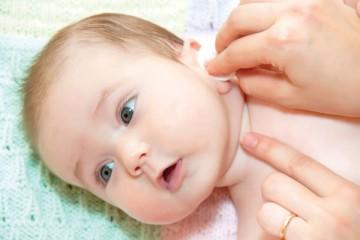 Ежедневное обтирание ушек малыша
