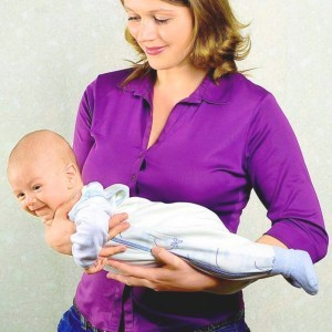 Положение ребенка на животике в руках мамы