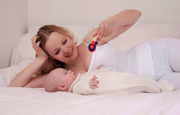 Предлагаемап игрушку месячному ребенку