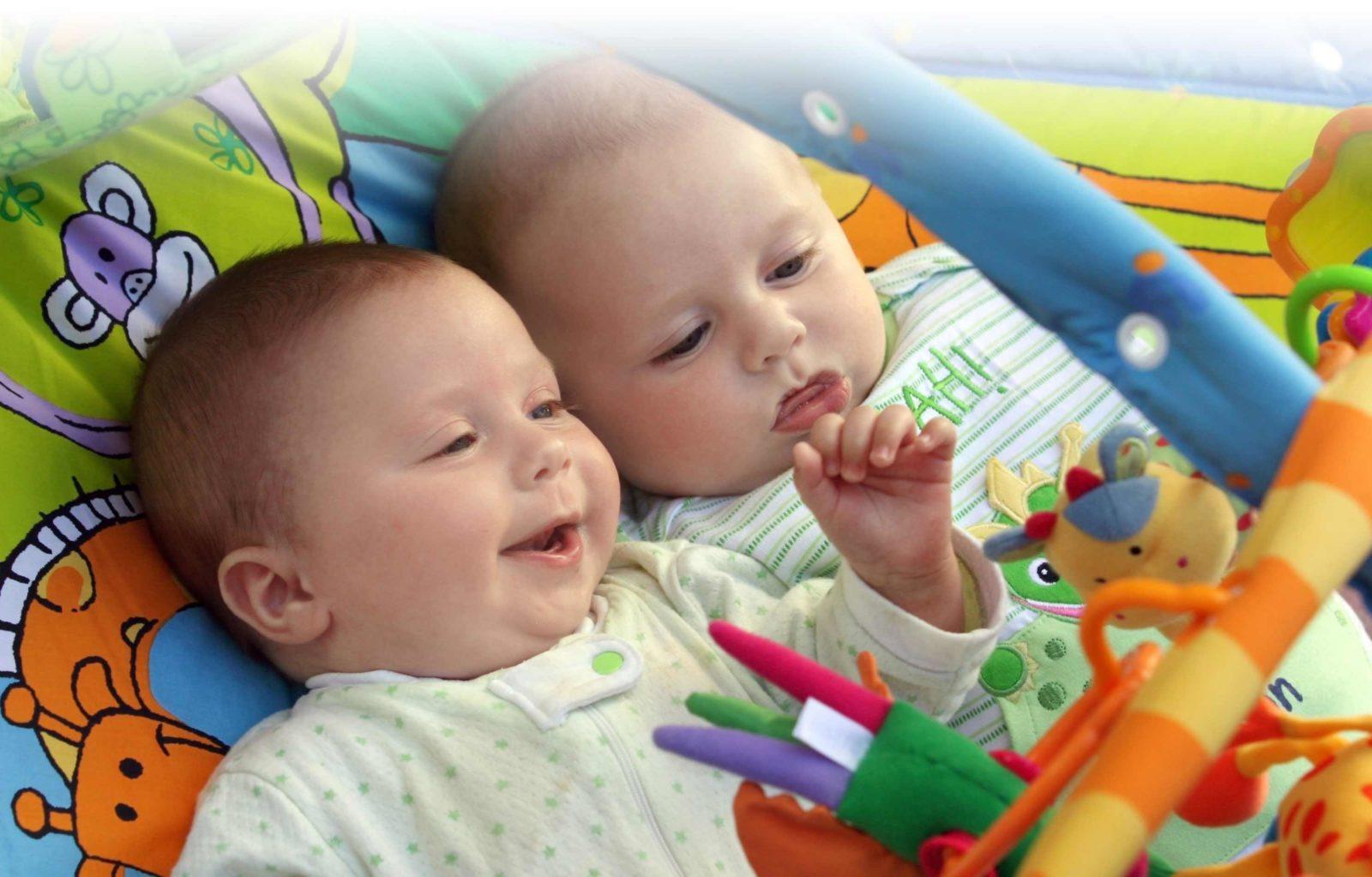 Развитие новорожденных двойняшек