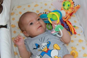 Ребенок тянется к игрушке в 2 месяца