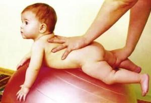 Гимнастика с грудничком на фитболе