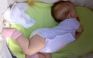 Ребенок запрокидывает голову при менингите