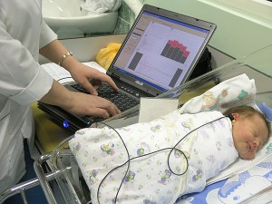 Проверка слуха у новорожденных