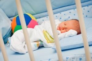 Новорожденный спит и плачет