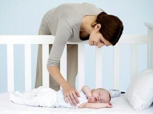 Укладываем ребенка в кроватку и садимся рядом пока не заснет