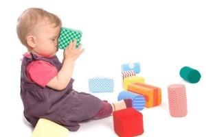 Полноценное развитие грудничка в 9 месяцев заключается в играх с предметами