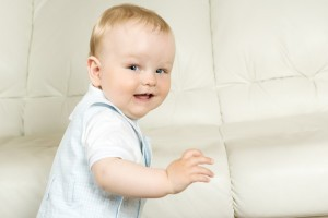 Развитие грудничка в 9 месяцев подразумевает навык стоять с поддержкой