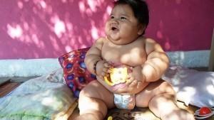 Ожирение у грудничков может быть вызвано перееданием и неправильным рационом питания
