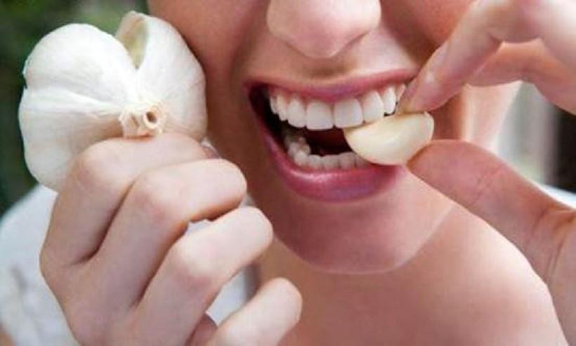 Болит зуб при беременности спасаемся чесноком