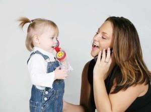 Во сколько ребенок начинает говорить первые слова