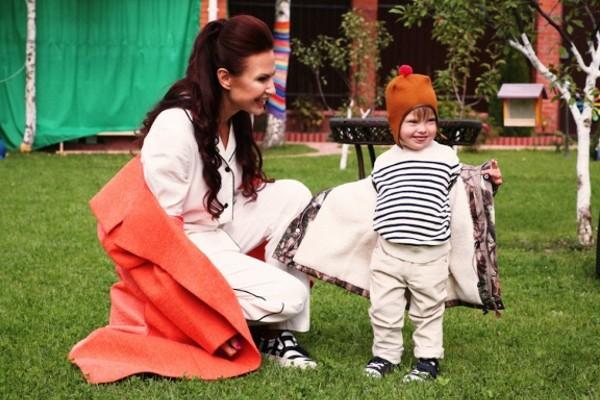 Эвелина Бледанс с сыном на прогулке