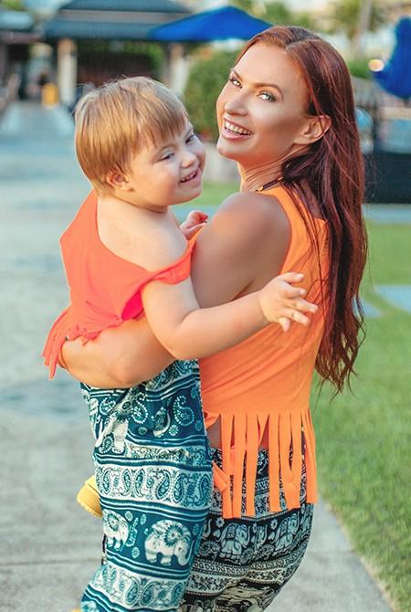 Эвелина Бледанс путешествует с сыном