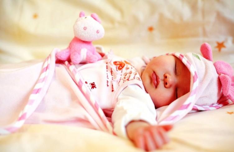 Укладывая спать новорожденного на спинку, как на фото, поверните головку в сторону