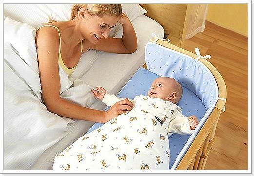 Раздельный сон, где выбраны позы для сна новорожденного, как на фото комфортны и маме и малышу.
