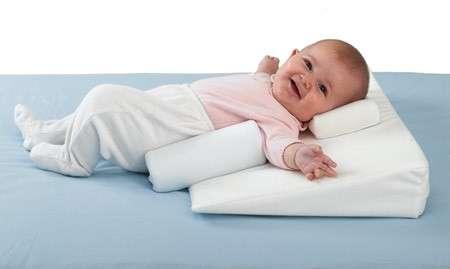 В таком положении лучше укладывать новорожденного после двух месяцев, чтобы не создавать дополнительную нагрузку на позвоночник