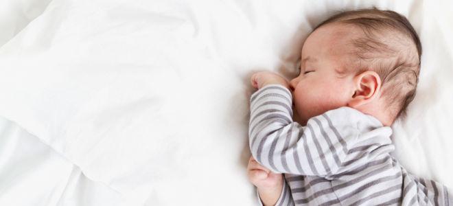 Когда грудничок спит на боку, нужно позаботиться о том, чтобы вокруг него отсутствовали мягкие предметы