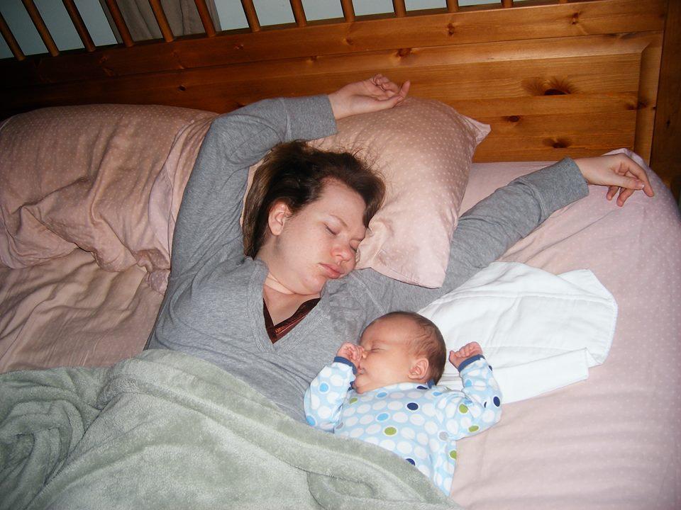 Позы для сна новорожденного на спинке будут безопасными, если мама будет лежать не рядом