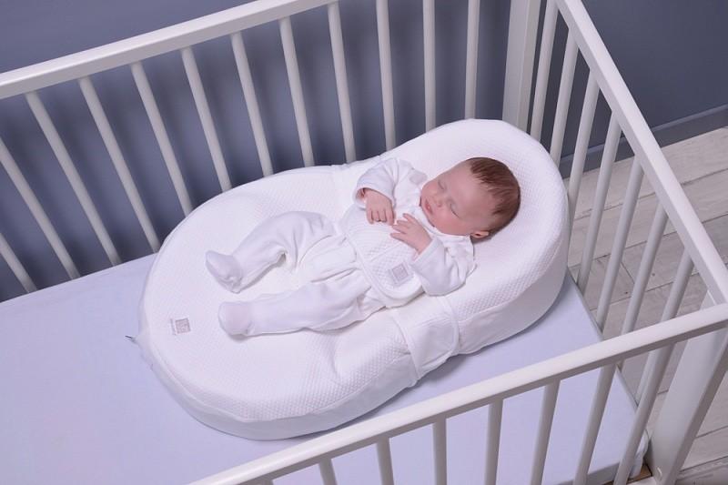 Для более комфортного положения позы для сна новорожденного стоит выбирать внимательно, лучше использовать подушку-позиционер