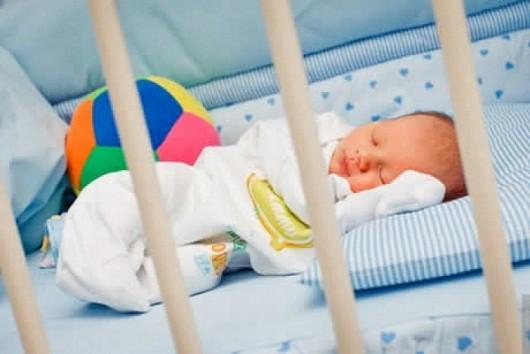 Чтобы новорожденный не перепутал день с ночью, следует практиковать сон в кроватке в темное время суток