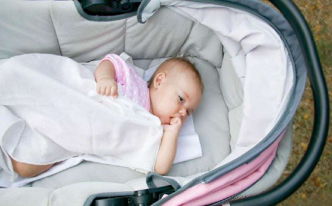Приучайте ребенка спать днем в коляске, а ночью в кроватке