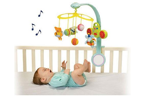 Проверяя зрение новорожденного и грудничка дома, знакомьте его с разными игрушками и предметами