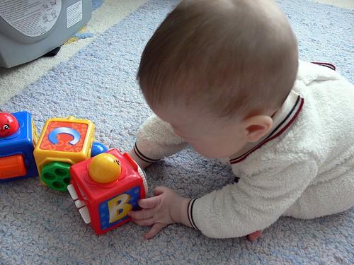 К 8 месяцам кроха способен различать предметы по форме, цветам и размеру