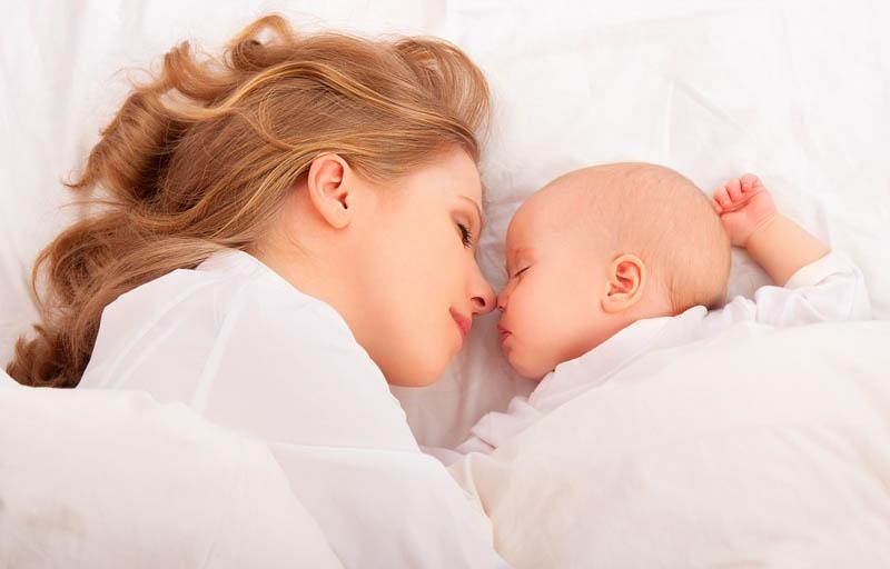 Чтобы заметить неладнгое с глазками грудничка, нужно как можно больше времени проводить с ребенком