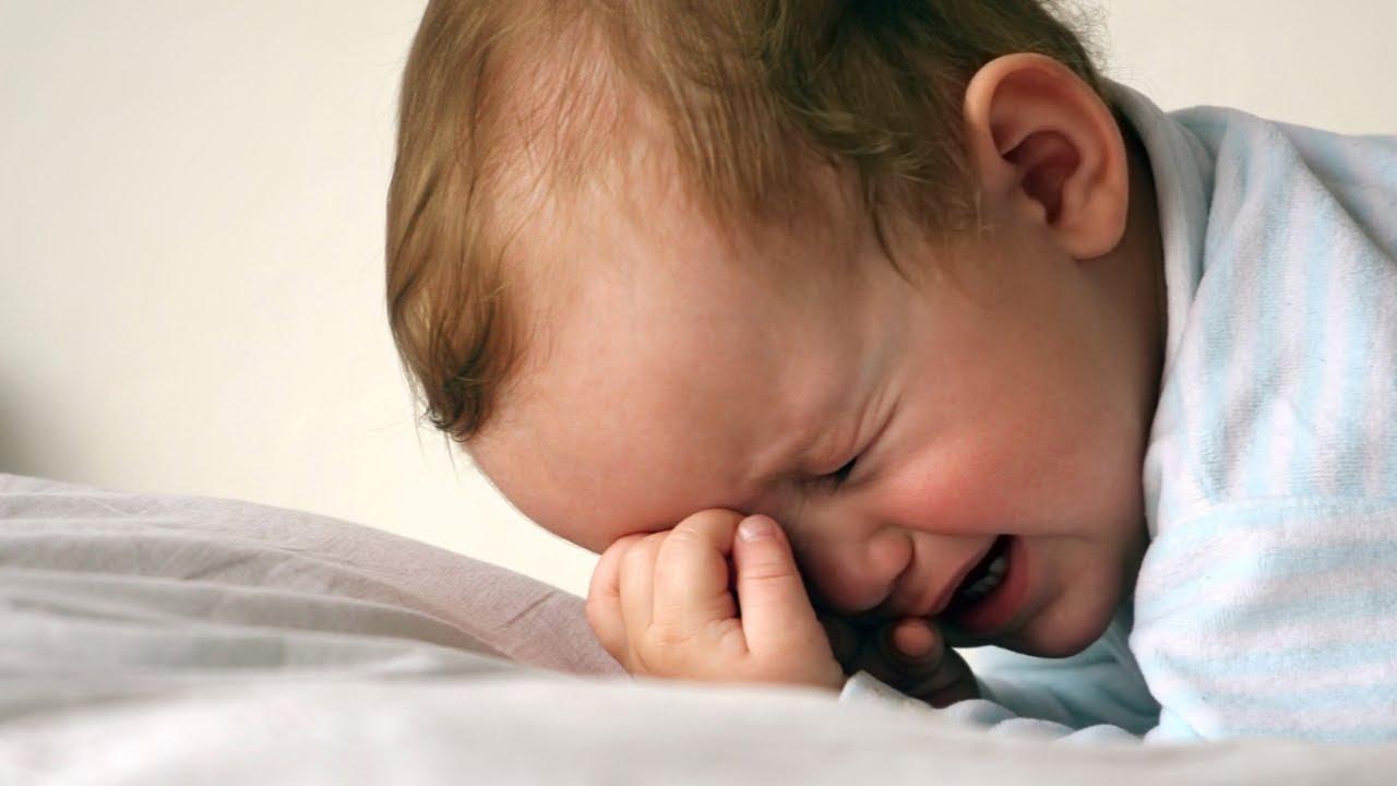 Определить дизентерию у детей грудного возраста можно по сильному плачу, когда малыш сжимается