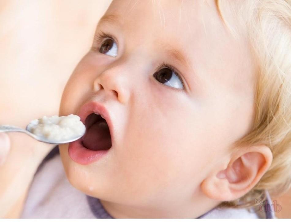 Грудничок кусается при кормлении, если у него заложен носик, он часто прерывается во время трапезы