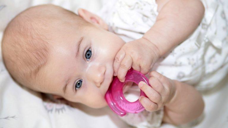 Если у ребенка режутся зубки и он кусает за грудь во время кормления, нужно предложить ему прорезыватели