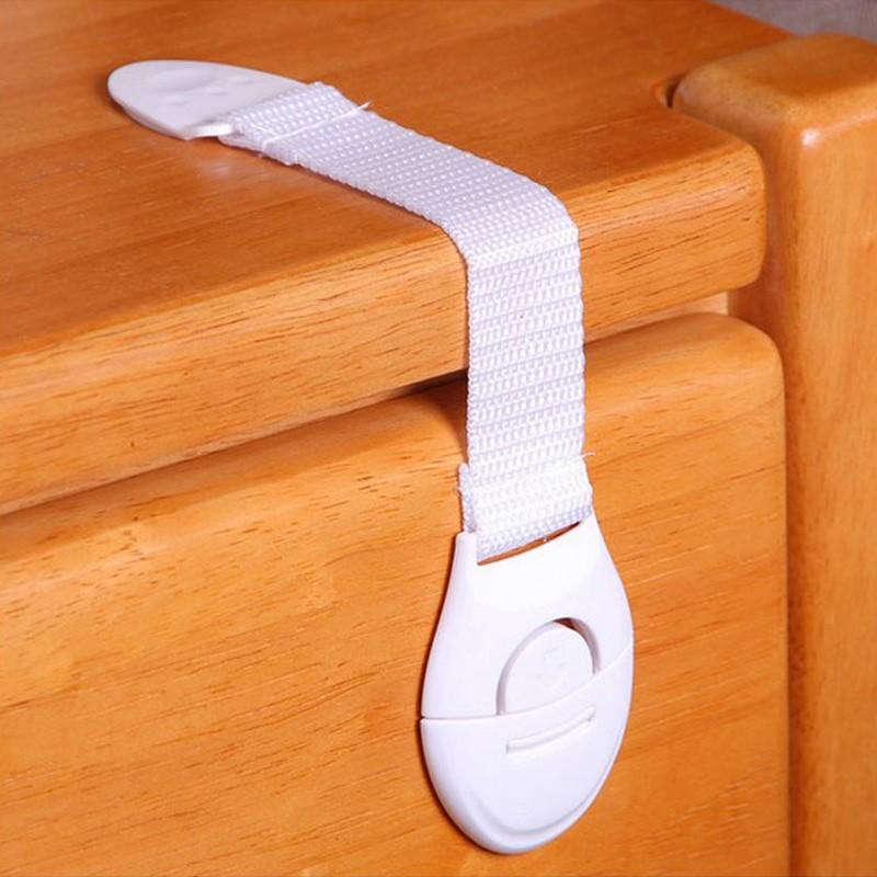 Пластиковые накладки помогут уберечь ребенка от перебитых пальчиков. Он не дают шкафчикам раскрываться