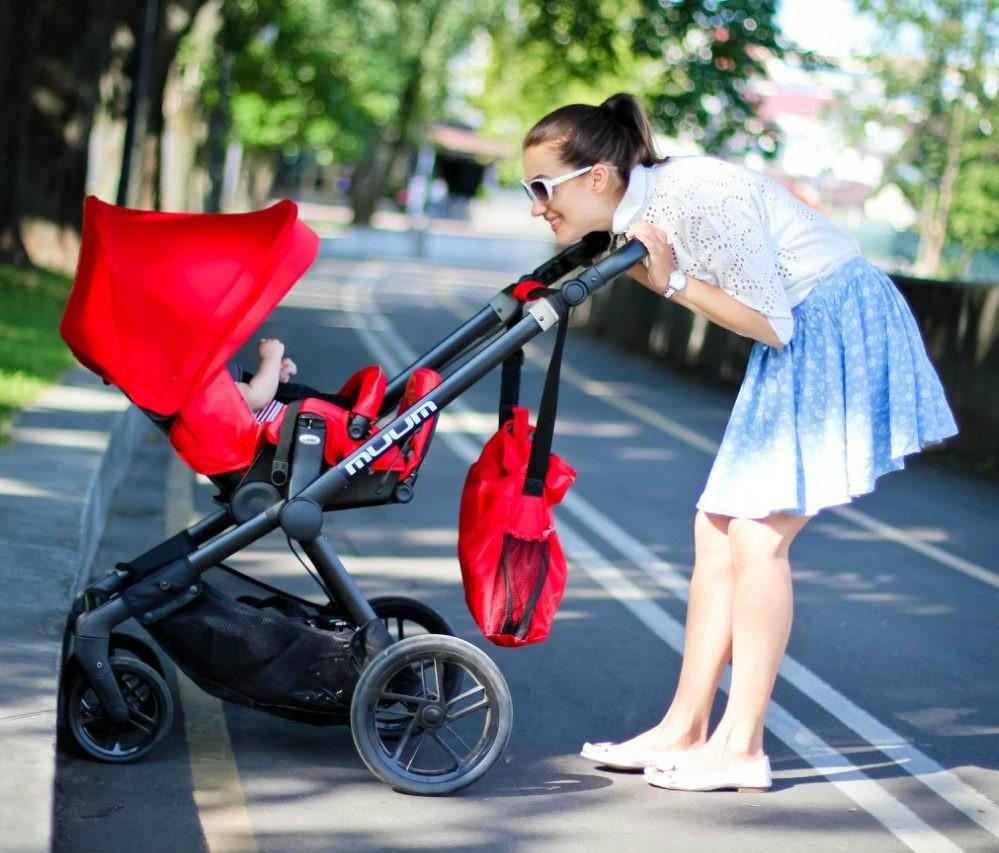 Совершая прогулку с коляской, ни в коем случае не останавливайтесь на проезжей части, даже если ребенок плачет