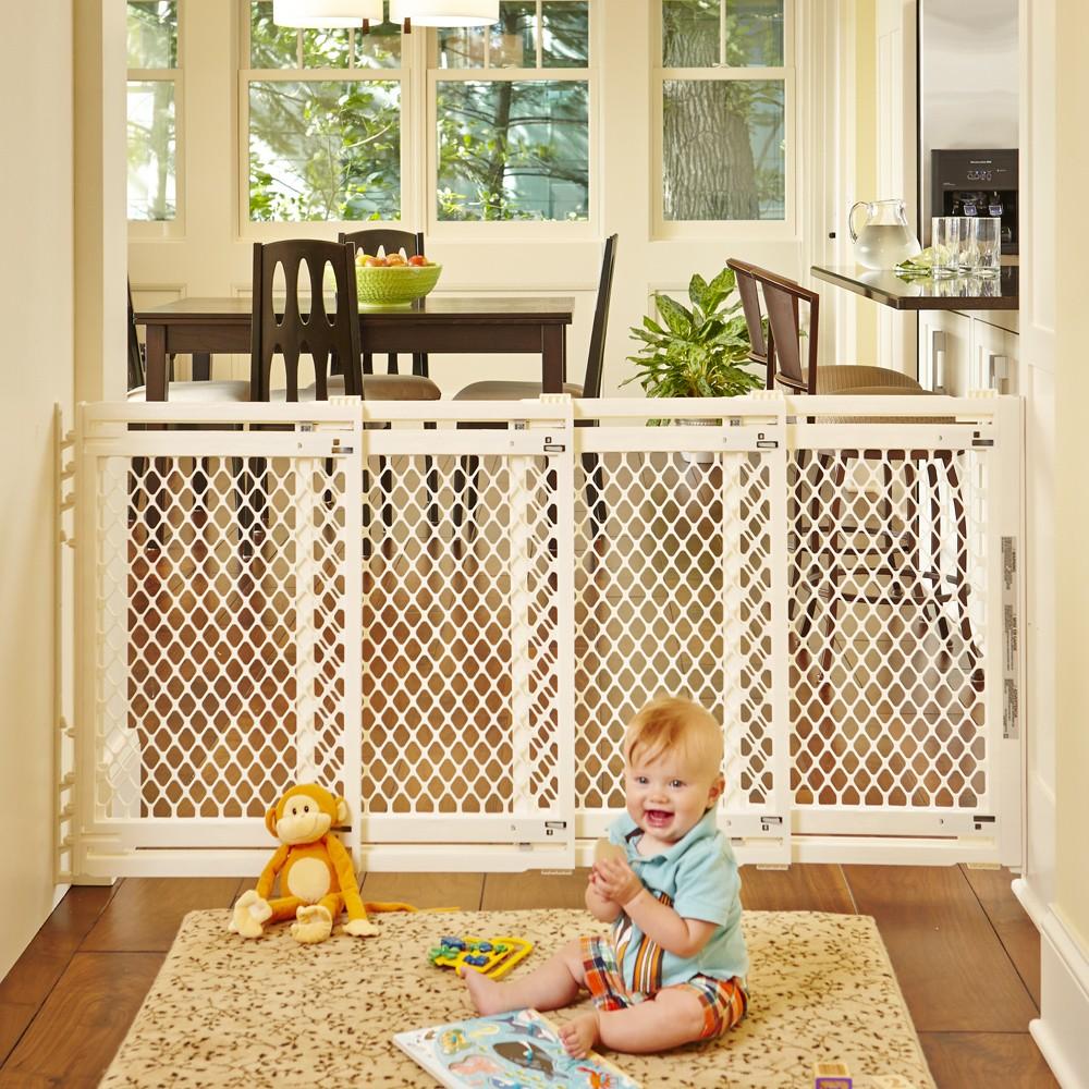Если в доме есть лестницы, обязательно перед ними поставьте запирающий заборчик