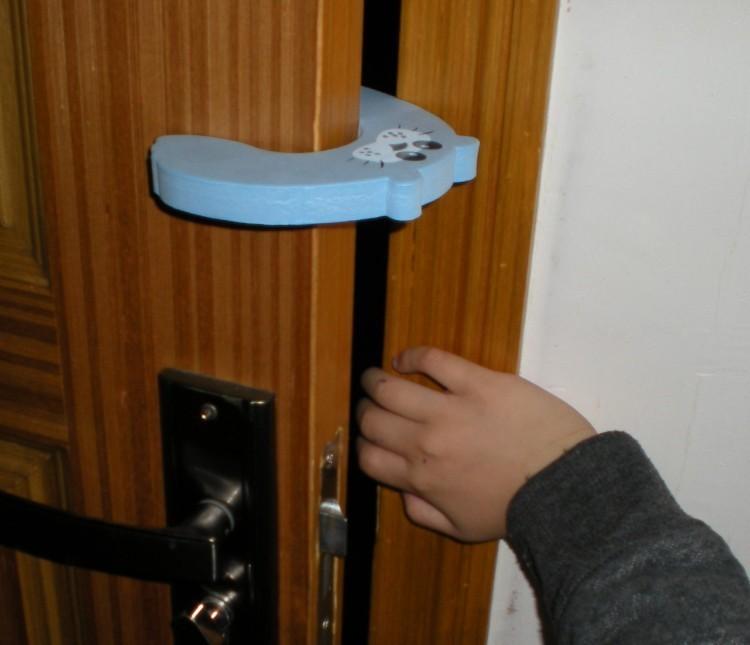 Амортизаторы на двери уберегут грудничка от травмы в доме