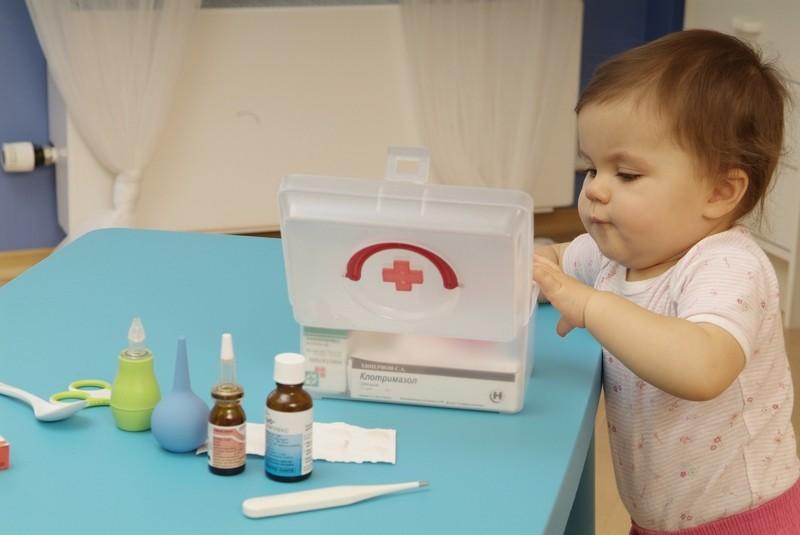 Храните лекарства в недоступных местах для младенца