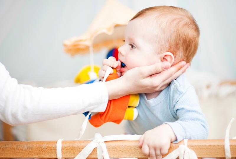Грудничок может подавиться мелкой игрушкой, пищей , молоком