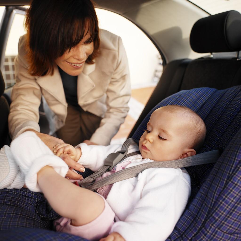 При перевозке грудничка в автомобиле, не забывайте установить автокресло для безопасности