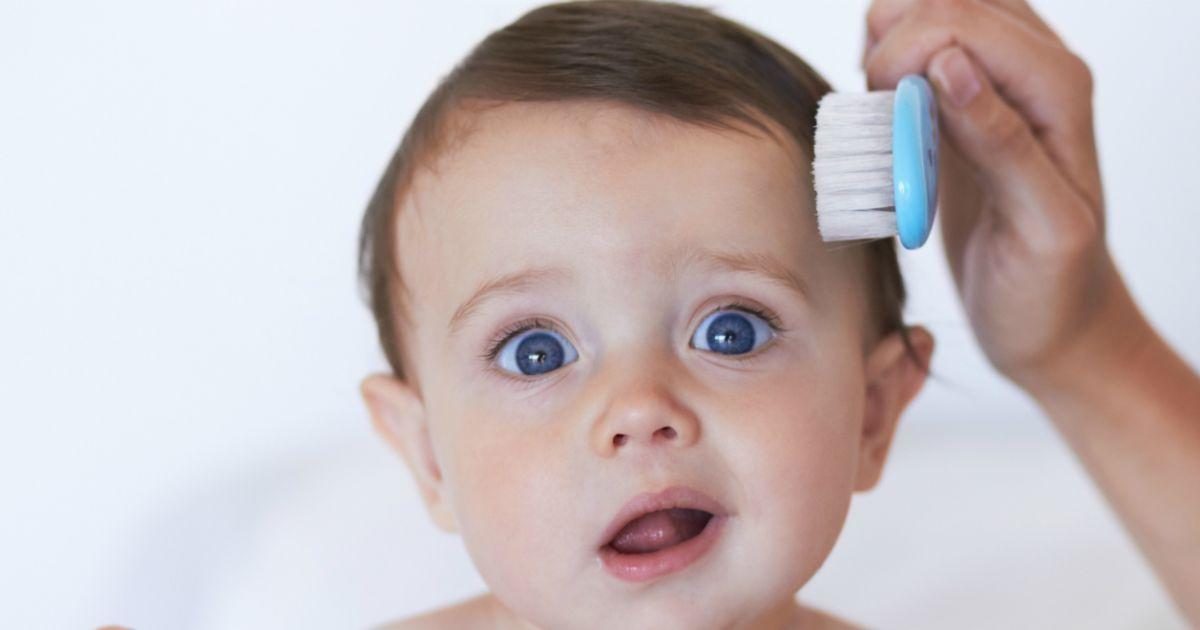 Если у грудничка плохо растут волосы необходимо правильно за ними ухаживать: не использовать жесткие гребешки для расчесывания