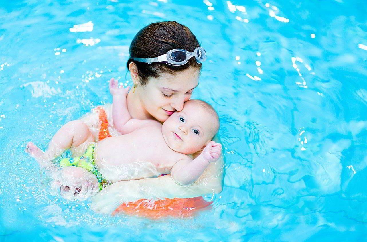 Совместное купание с мамой в ванне или бассейне избавляет малыша от страха